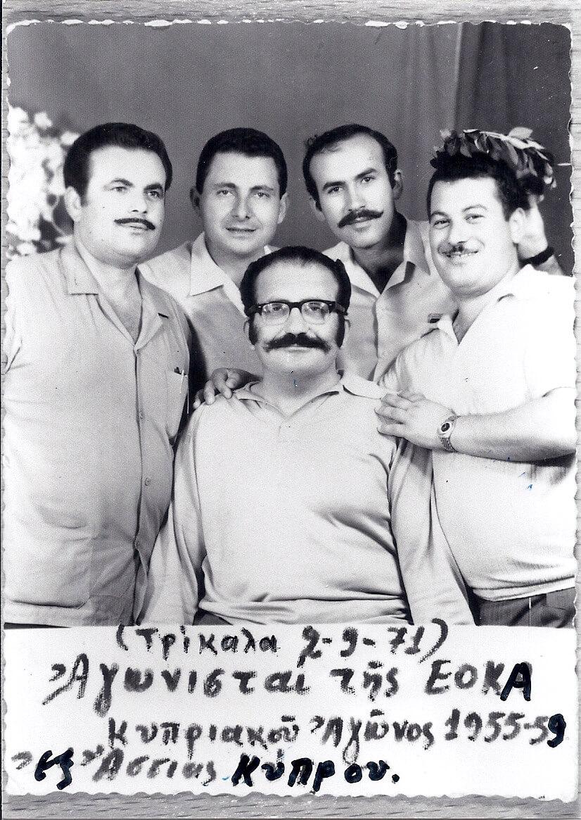 Ο Γεώργ. Μπαντής στεφανώνει με δάφνινο στεφάνι τα παλλικάρια από την Άσσια Αμμοχώστου που αγωνίστηκαν με \ Θρυλική  ΕΟΚΑ (1955-1959) για την ΕΝΩΣΗ της Κύπρου με τηνμητέρα  ΕΛΛΑΔΑ. Ο πρώτος δεξιά, Κωστής Ψαρράς, φυλακίστηκε από τους Άγγλους, δραπέτευσε από τις φυλακές και στη συνέχεια επικηρύχθηκε.
