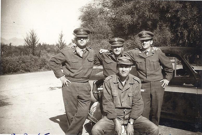 Ο Γεώργ. Μπαντής, καθιστός μπροστά, με Κυπρίους εφέδρους Αξ-κούς του 45 Τ. Δ/Β