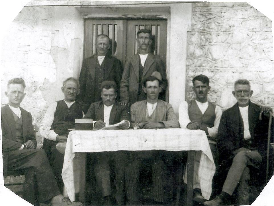 Το κοινοτικό Συμβούλιο Γελάνθης, 1934-1936. Διακρίνονται από αριστερά, καθιστοί: Χρήστος Μανίκας, Αθανάσιος Γάκιας, Λεωνίδας Γκέκας Γραμματέας, Ευάγγελος Χαντούμης, Θωμάς Νικ. Τρίμμης, Δημήτριος Αθ. Μπαντής. Όρθιοι: Νικόλαος Μακρυγιάννης και Ηλίας Κουτέλας, (μπατζιανάκηδες).